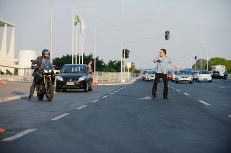 Fernando Maeirelles dirige cena de série em Brasília (Foto: Zé Paulo Cardeal/TV Globo)