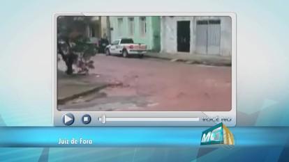 VC no MGTV: Lama desce de construção e atinge rua em Juiz de Fora