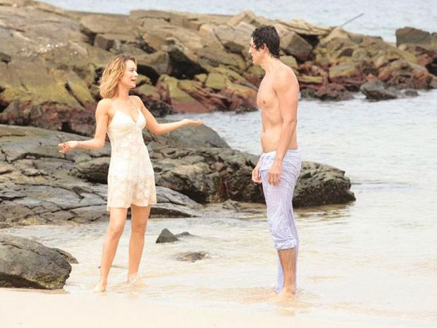 Nem em uma ilha deserta Nando e Juliana conseguem se acertar (Foto: Guerra dos Sexos / TV Globo)