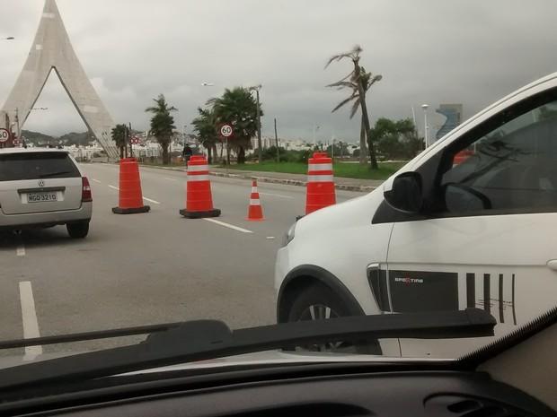 Desvio na Beira-mar de São José provoca fila nesta manhã (3) (Foto: Ademar Andrade/ RBS TV)