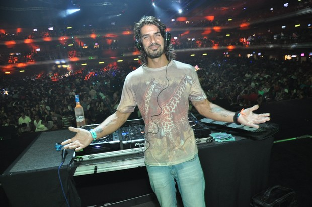 Argentino Miguel do 'BBB' ataca de DJ (Foto: Bruno Henrique/Divulgação)