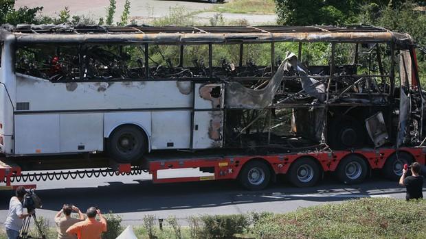 ... Ônibus alvo do ataque é transportado do aeroporto de Burgas nesta quinta-feira (19). (Foto: AP/Impact Press Group)