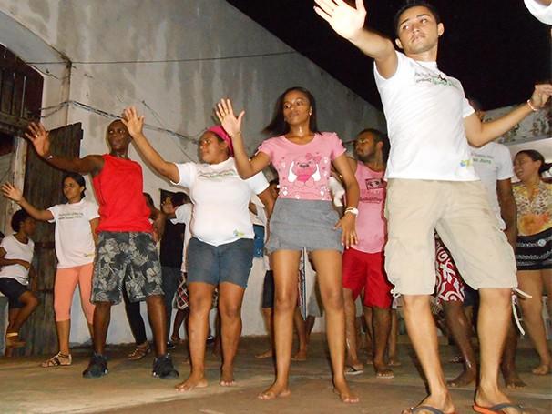 Jovens ensaiando passos de dança (Foto: Divulgação/ Instituto Comunitária Baixada Maranhense)