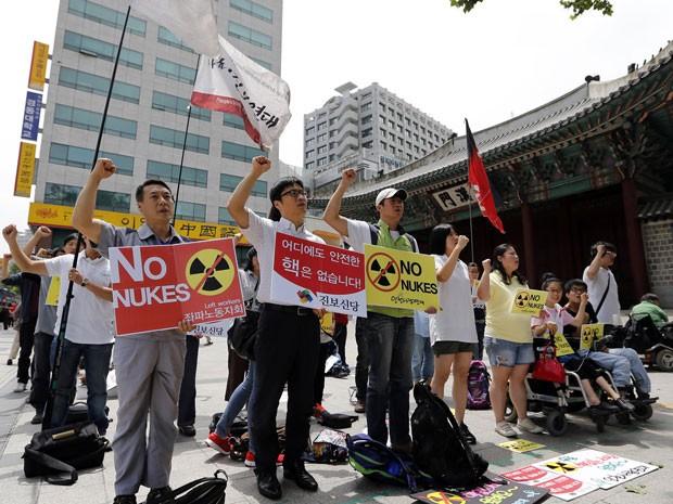 Cerca de 50 ativistas sul-coreanos reforçaram o coro anti-energia nuclear durante uma passeata em Seul, na Coreia do Sul, também nesta segunda (16).  (Foto: AP Photo/Lee Jin-man)
