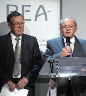Jean-Paul Troadec, chefe do Bureau de Investigação e Análise (BEA), e Alain Bouillard, investigador do voo 447 falam durante coletiva de imprensa (Foto: Benoit Tessier/Reuters)