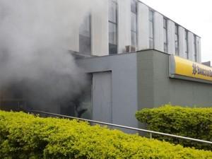 Fumaça saiu do banco após caixas serem arrombados (Foto: Divulgação/Brigada Militar)