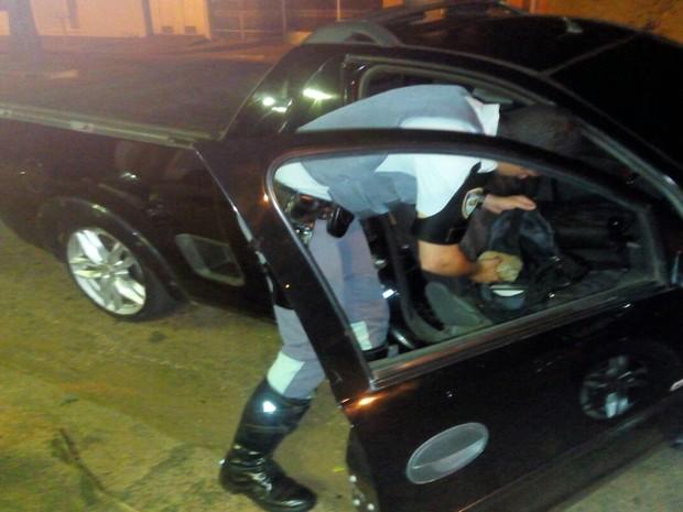 Droga foi encontrada dentro de  mochila no banco do passageiro (Foto: Divulgação/ Polícia Rodoviária)