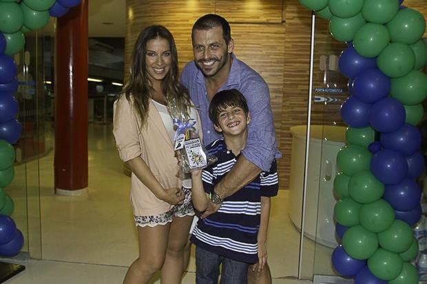 Henrti Castelli com o filho e a namorada (Foto: Amauri Nehn/Foto Rio News)
