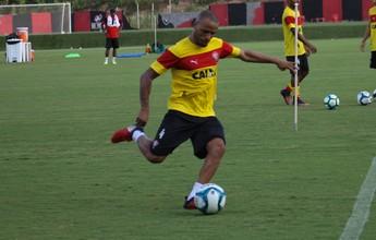 Patric vai a campo e participa de treino com elenco do Vitória na Toca do Leão