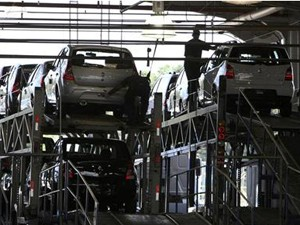 Empilhadeiras de carros na fábrica da Renault em São José dos Pinhais, no Paraná (Foto: Reuters)
