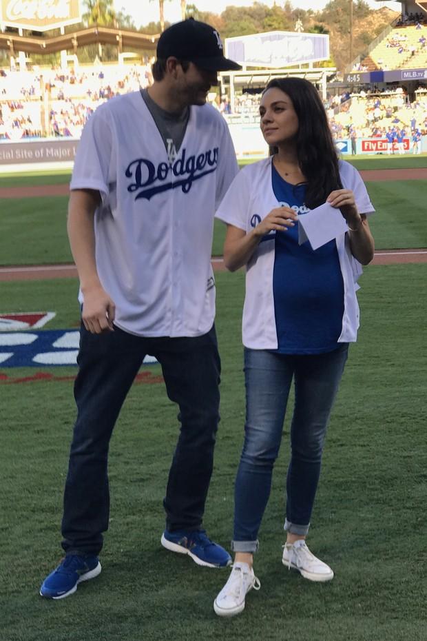 Ashton Kutcher e Mila Kunis, grávida, em estádio de basebol em Los Angeles, nos Estados Unidos (Foto: AKM-GSI/ Agência)