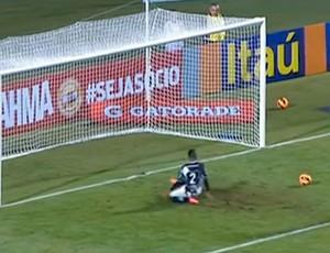 Cicinho perde gol inacreditável pela Ponte Preta (Foto: Reprodução SporTV)
