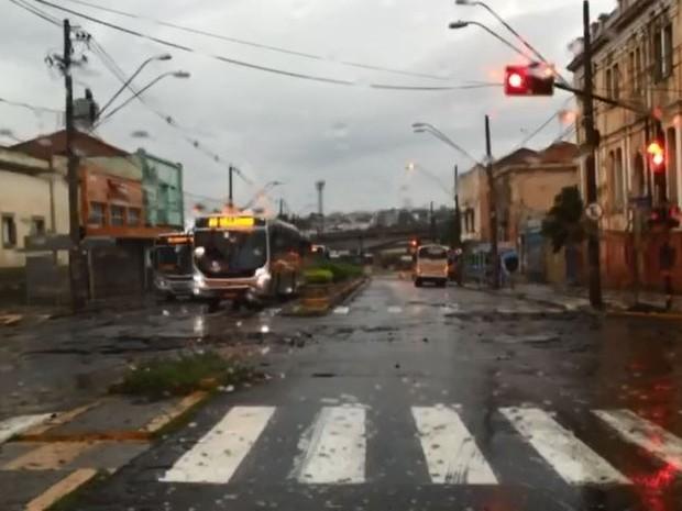 Asfalto das quadras  1 e 2 da avenida Rodrigues Alves ficou danificado após chuva (Foto: Giuliano Tamura/TV TEM)