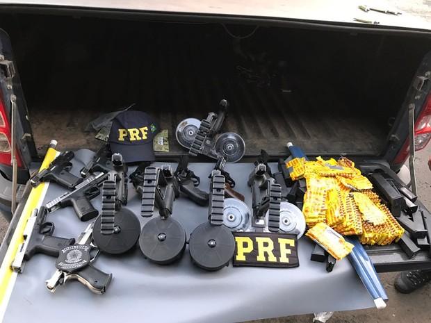 Casal é preso e menor apreendida com arsenal na BR-286 no RS (Foto: Divulgação/PRF)