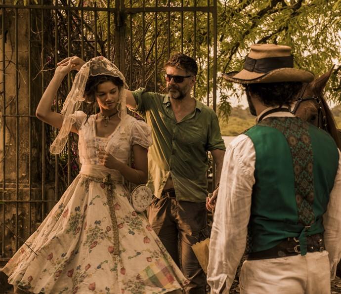 O diretor Luiz Fernando Carvalho orienta Marina Nery, a Leonor, e Rodrigo Santoro, Afrânio, nos sets no Nordeste do Brasil (Foto: Caiuá Franco/ Globo)
