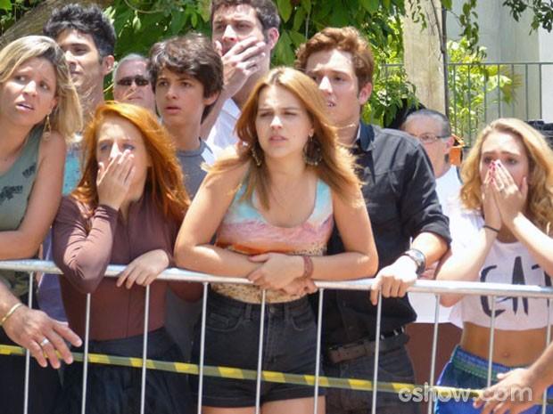 Todos na praça estão muito nervosos, esperando o que vai acontecer (Foto: Malhação / TV Globo)