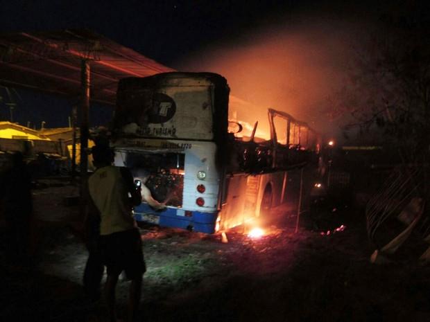 Ônibus foi destruído pelas chamas (Foto: Edylon dos Santos/Blog 100% Bom Jesus)