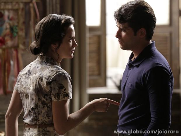 Amélia fica irritada e promete a Franz não deixar barato (Foto: Fábio Rocha/ TV Globo)