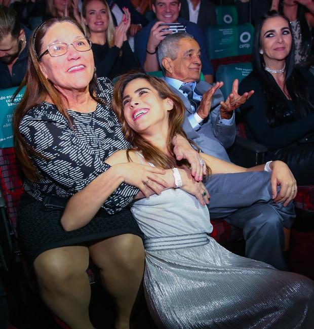 Wanessa assiste à peça ao lado dos avôs, Francisco e Helena (Foto: Marcos Ribas/BrazilNews)