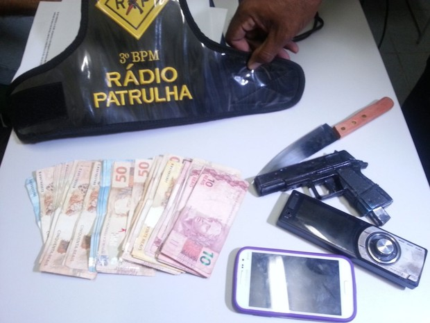 Dinheiro foi recuperado, revólver de brinquedo e faca apreendidos pela polícia (Foto: Kleber Teixeira/Inter TV Cabugi)