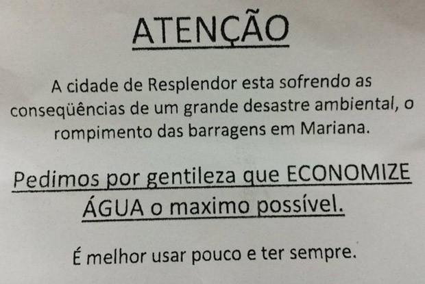 Aviso em hotel de Regência, em Minas Gerais, pede que hóspedes economizem água por causa do desastre ambiental no Rio Doce (Foto: Flávia Mantovani/G1)