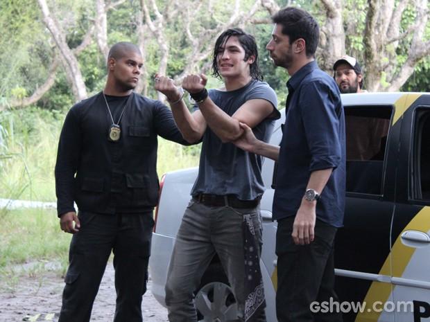 Antônio exibe algemas para o pessoal do lado de fora do cativeiro (Foto: Malhação / TV Globo)