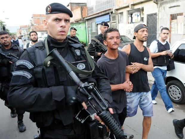 Policiais prendem suspeitos após ocupação da Maré, no Rio (Foto: Alexandre Durão/G1)