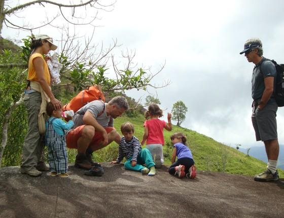 Uma família passeia num ambiente natural (Foto: Lais Fleury)