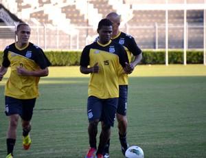 Nikão durante treino da Ponte Preta (Foto: Bernardo Medeiros/ Globoesporte.com)