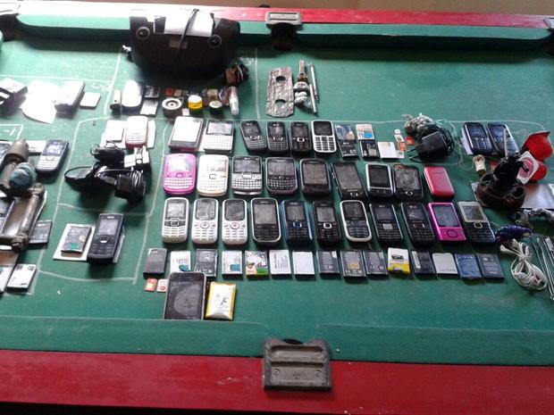 Celulares e drogas foram apreendidos em celas nesta quinta (21) (Foto: Divulgação/Sejuc)