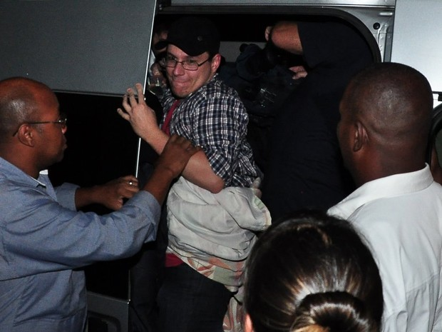Ex-BBB Ivan tenta sair da van do programa 'Pânico' após festa do 'BBB' (Foto: Roberto Teixeira/ EGO)