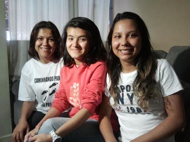 Amanda (à direita) com a irmã e a mãe, em casa, após alta no início da tarde desta segunda-feira (27) (Foto: Suellen Fernandes/G1)