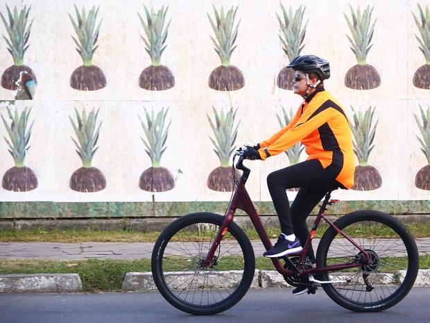 Presidente Dilma Rousseff pedala pelas ruas de Porto Alegre no Dia das Mães  (Foto: Carlos Macedo/ Agência RBS )