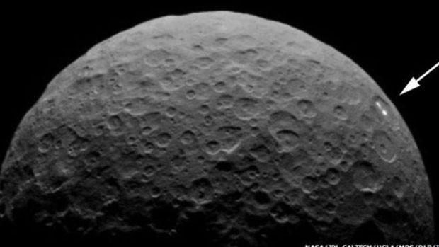 Nova sequência de imagens mostrou pontos de luz na superfície de Ceres  (Foto: BBC)