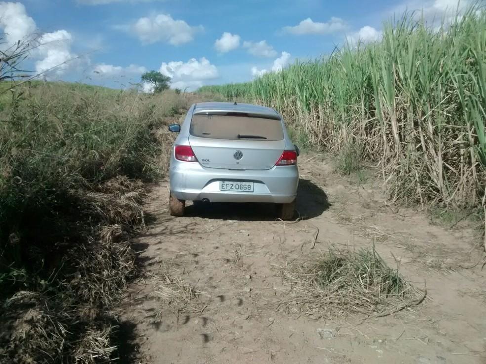 Carro de Denise foi encontrado abandonado em canavial  (Foto: Edijan Del Santo/EPTV)