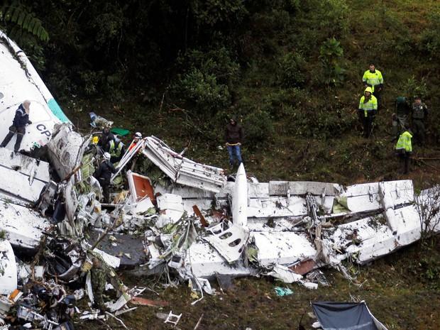 Equipe de resgate trabalha entre destroços do avião da LaMia que caiu perto de Medellín, na Colômbia (Foto: Fredy Builes/Reuters)