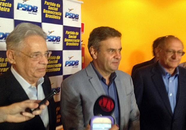 Aécio Neves concede entrevista a jornalistas ao lado do ex-presidente Fernando Henrique Cardoso e do governador de São Paulo, Geraldo Alckmin (Foto: Tatiana Santiago/G1)