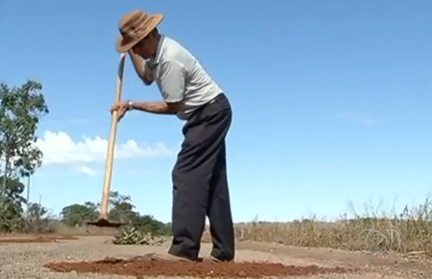 Voluntários da cidade de Cumari realizam operação para tapar buracos Goiás (Foto: Reprodução/TV Anhanguera)