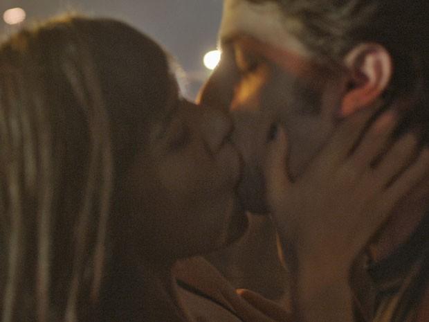 Helô vai beijar Rafa na frente de Laís (Foto: TV Globo)