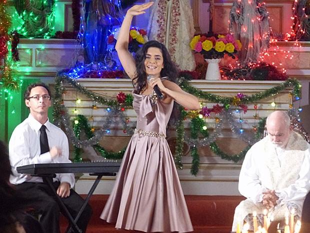 Crista dá um show ao cantar na igreja (Foto: Flor do Caribe/TV Globo)