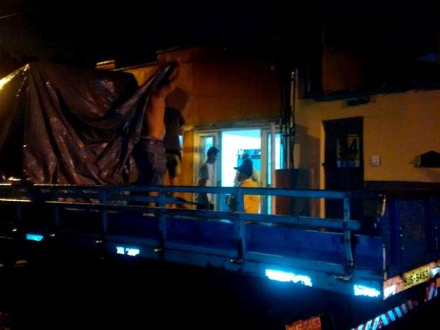 Famílias que moram na Rua do Porto deixaram o local após Rio Piracicaba transbordar (Foto: Edijan Del Santo/EPTV)