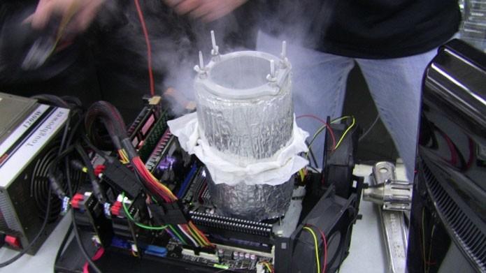 Grupos profissionais, que buscam a quebra de recordes, usam nitrogênio líquido para impedir o derretimento do processador (Foto: Reprodução/Wired)
