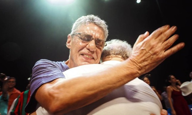 Chico Buarque abraça o ex-presidente Luiz Inácio Lula da Silva em ato no Rio  (Foto: Daniel Marenco / Agência O Globo )