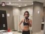 Sophia Abrahão começa o dia exibindo o tanquinho na academia