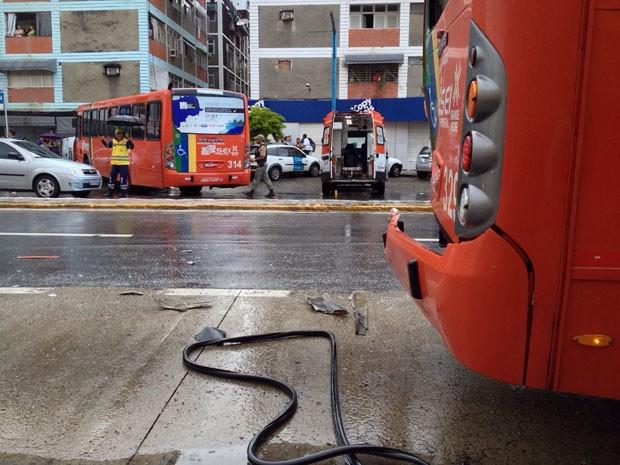 Ônibus invadiu pista contrária após colidir com outro coletivo (Foto: Kety Marinho/TV Globo)