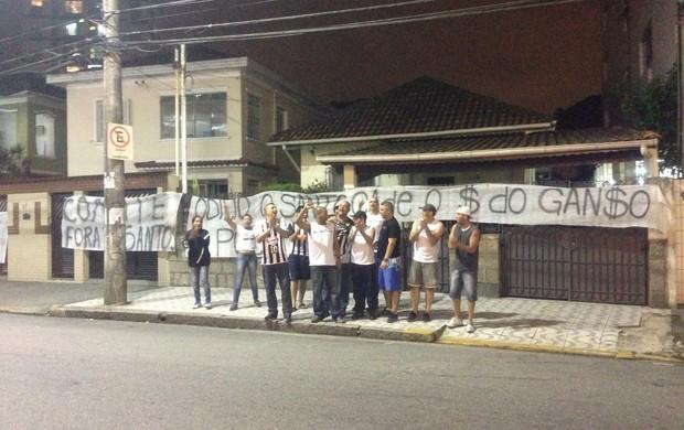 foto protesto Vila Belmiro (Foto: TV Tribuna)
