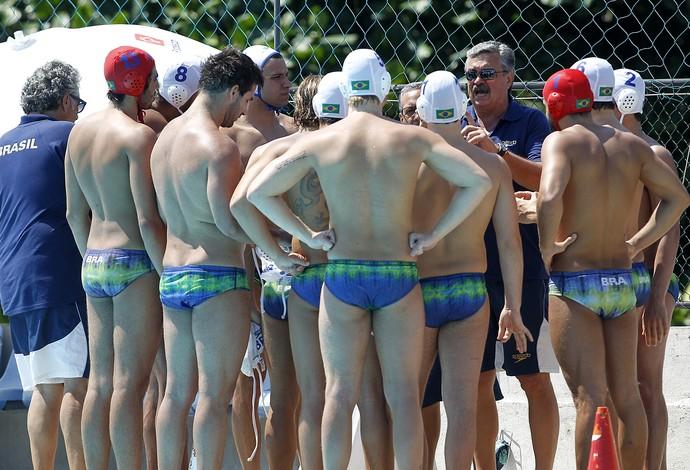 Técnico Ratko Rudic conversa com jogadores da seleção brasileira de polo aquático (Foto: Vitor Silva/SSPress)