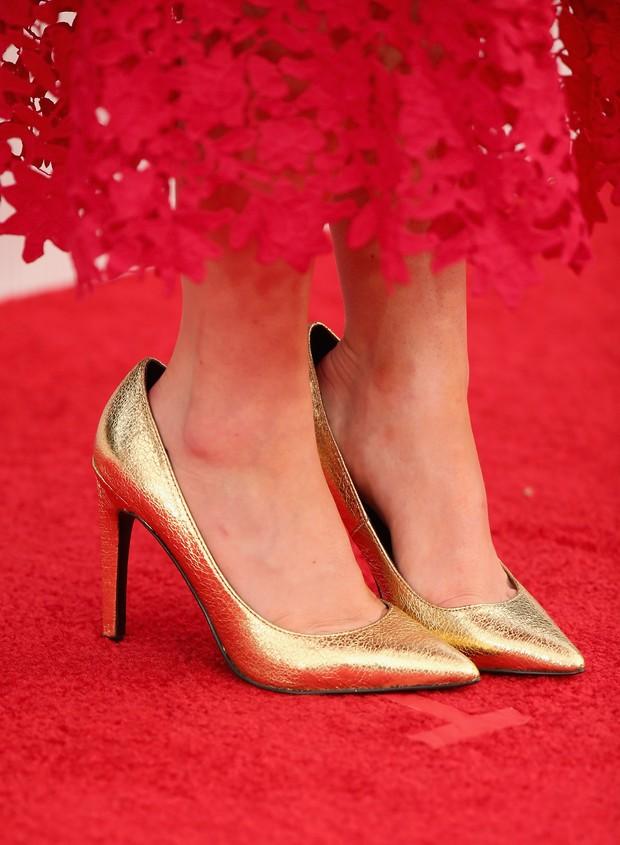 Maisie Williams e seu sapato dourado (Foto: Getty Image)