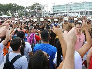 Manifestantes queriam chegar até a Assembleia Legislativa do Paraná (Foto: Giuliano Gomes/PRPRESS)