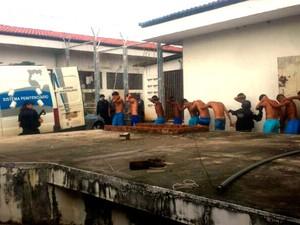 Após o quebra-quebra dentro da unidade, cinquenta detentos do presídio Raimundo Nonato Fernandes foram transferidos para Alcaçuz, em Nísia Floresta    (Foto: Heloísa Guimarães/ Inter TV Cabugi)
